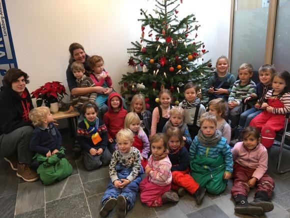 Kindergartenkinder Schmücken Christbaum