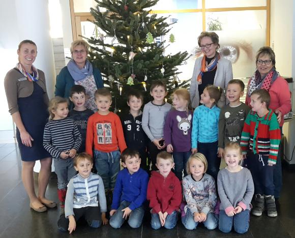 2016 12 15   Kindergartenkinder Schmücken Christbaum   VR Bank  Landsberg Ammersee EG