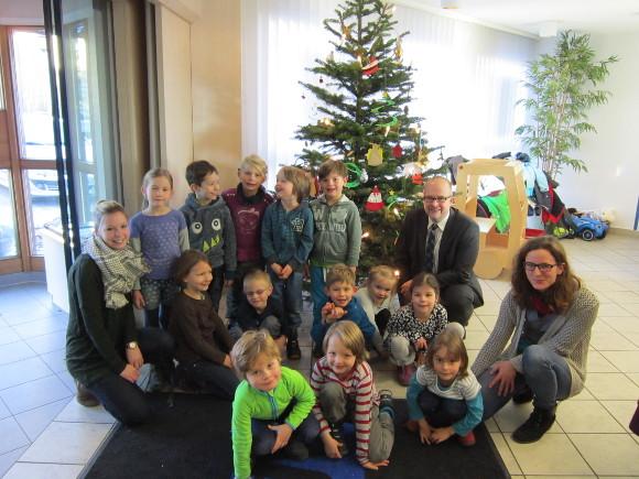 Elegant 2016 12 15   Kindergartenkinder Schmücken Christbaum   VR Bank  Landsberg Ammersee EG